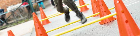 En person springer i en hinderbana, man ser bara fötterna
