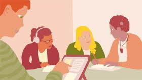 Fyra elever sitter vid ett bord. En jobbar med en pekskärm. En har hörlurar. En har kokleaimplantat. Två elever tittar på varandra.