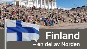Finlands flagga, människor på ett trog i bakgrunden.