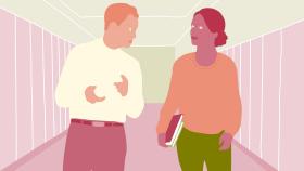 En man och en kvinna pratar med varandra gående i en korridor